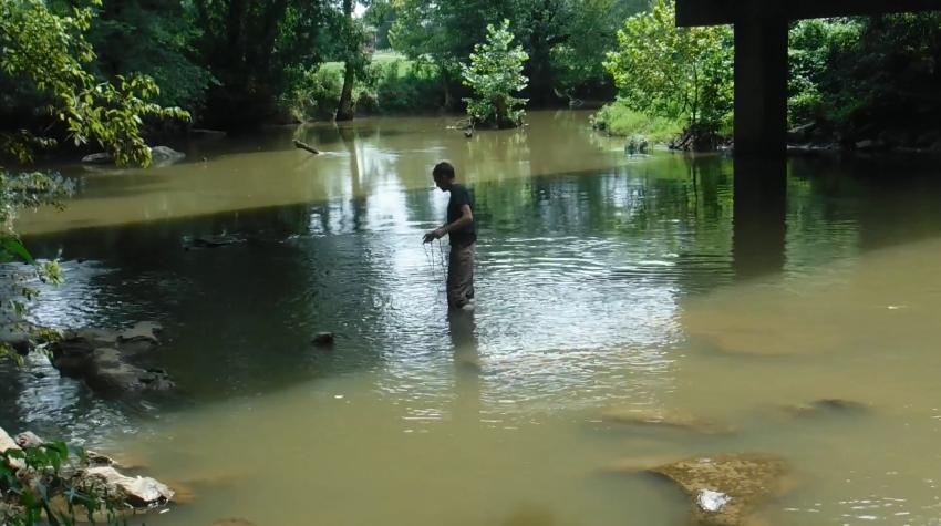Magnet fishing v plytkej vode