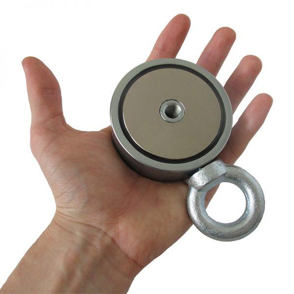 Fishing magnet 310 kg oboustranný v ruke