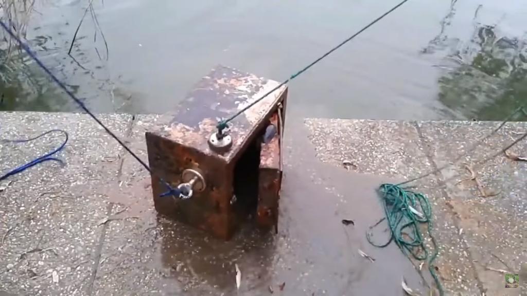 bezpečnostní trezor na břehu vody