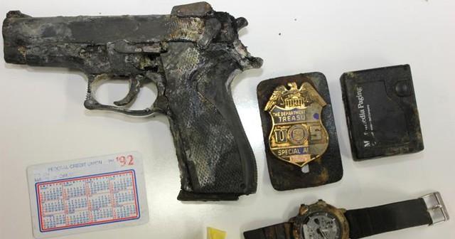 Pistole, policejní odznak a hodinky