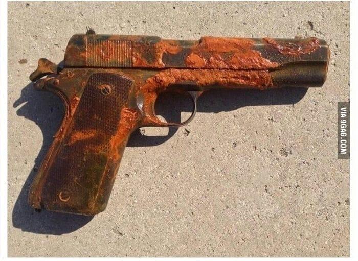 rezavá pistole Colt 1911