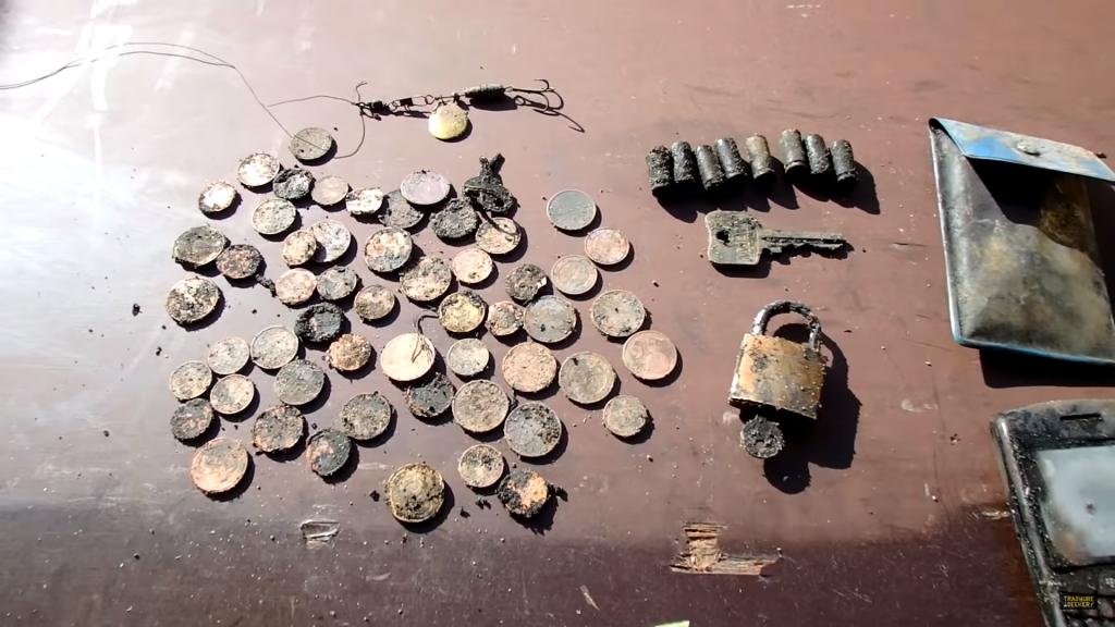 Mince, nábojnice, zámek a kalkulačka