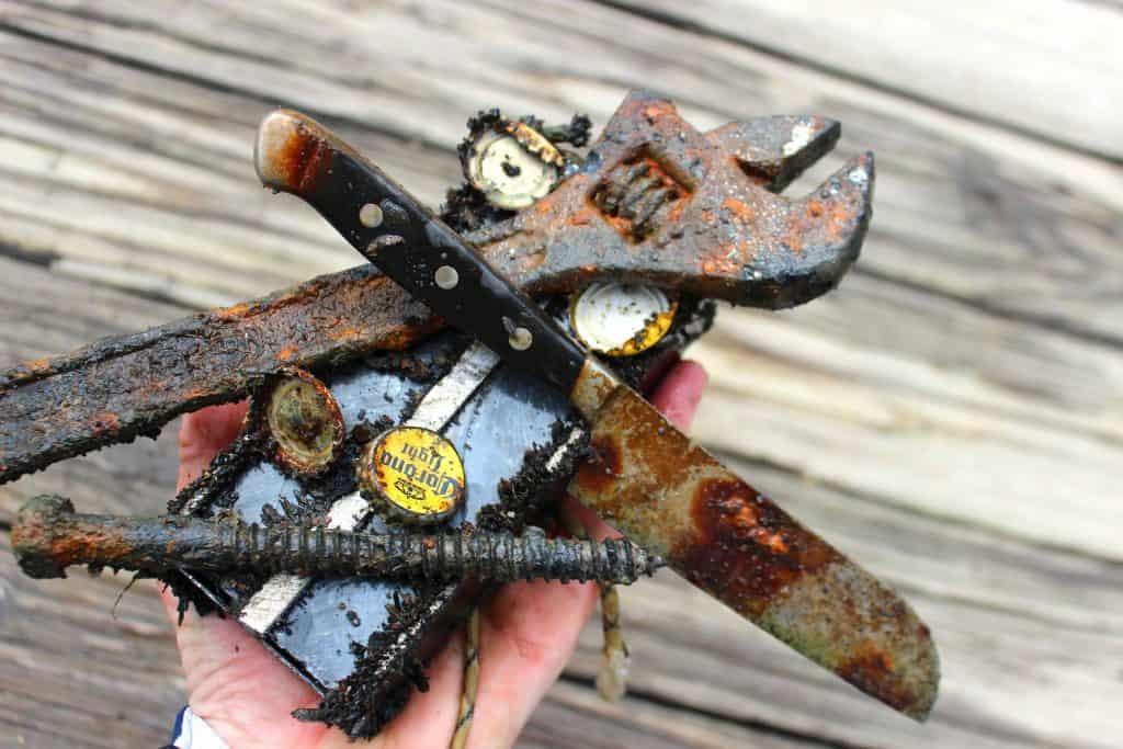 hromada věcí přichycených na fishing magnetu