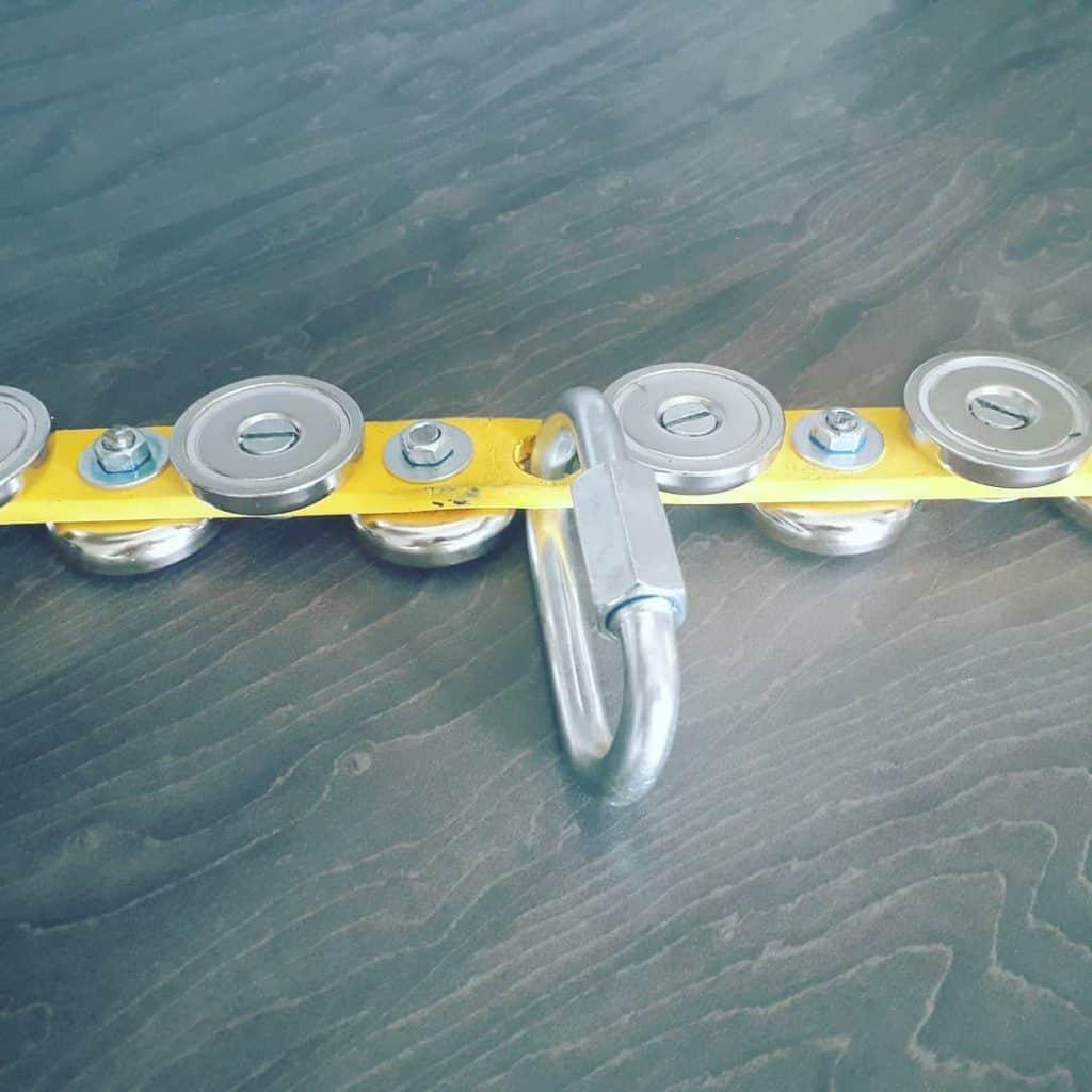 podlouhlý podomácku vyrobený držák na magnety