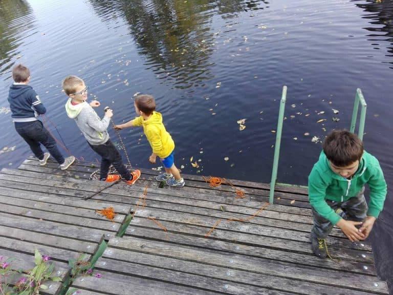 české rodiny hledají poklady z mola