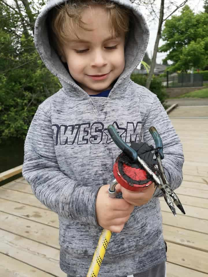 malý chlapeček hledá železné poklady