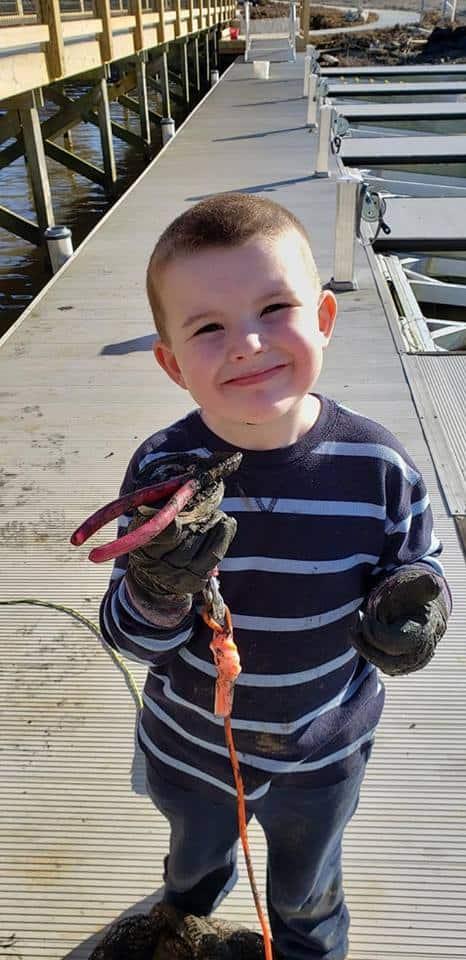dítě na magnet fishingu