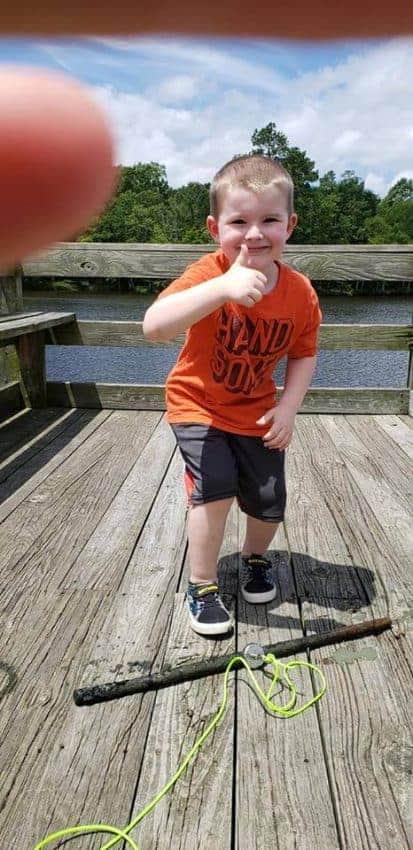 chlapec, který právě našel tyč
