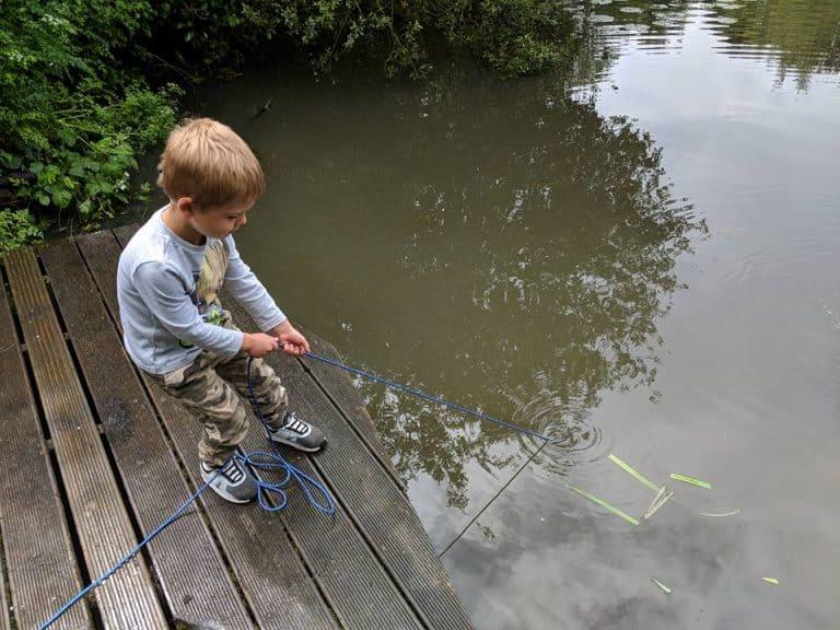 chlapec táhne lano