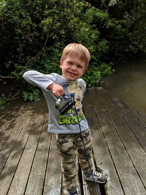 chlapec na molu drží magnet s nálezem