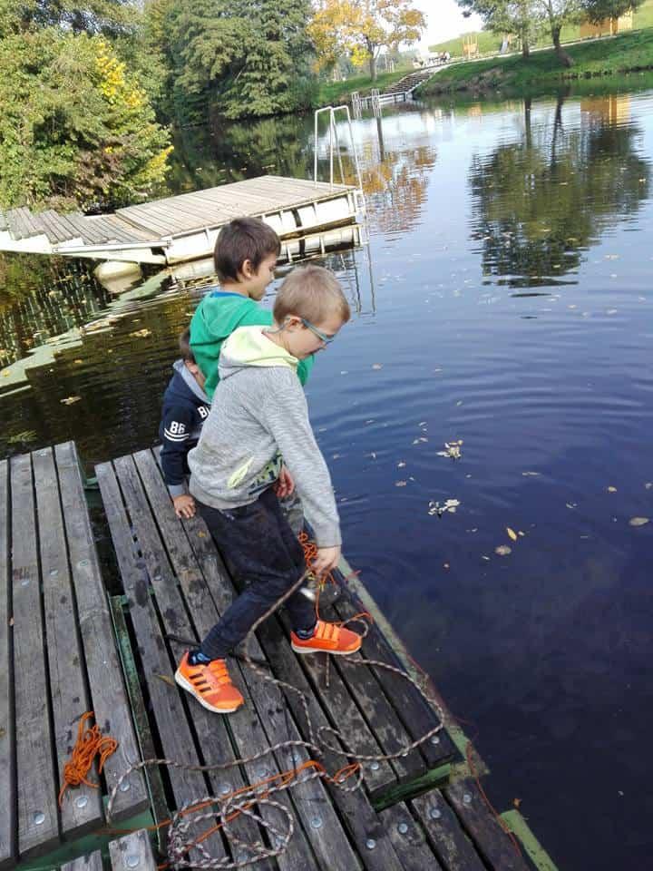 děti házejí do vody neodymové magnety