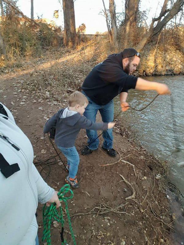 celá rodina na magnet fishingu