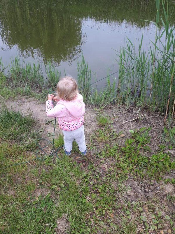 malá holčička s magnetem