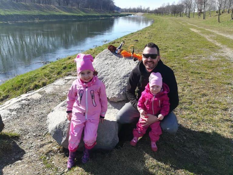 celá rodina u řeky