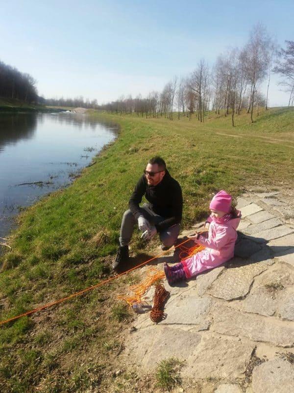 dcera hází magnet do řeky