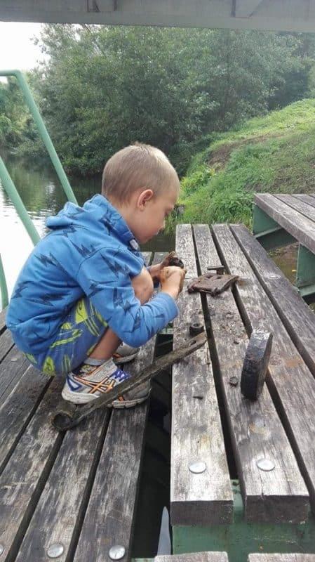 dítě na molu a železné předměty