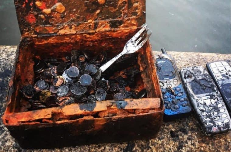 Pokladna plná mincí a mobilů