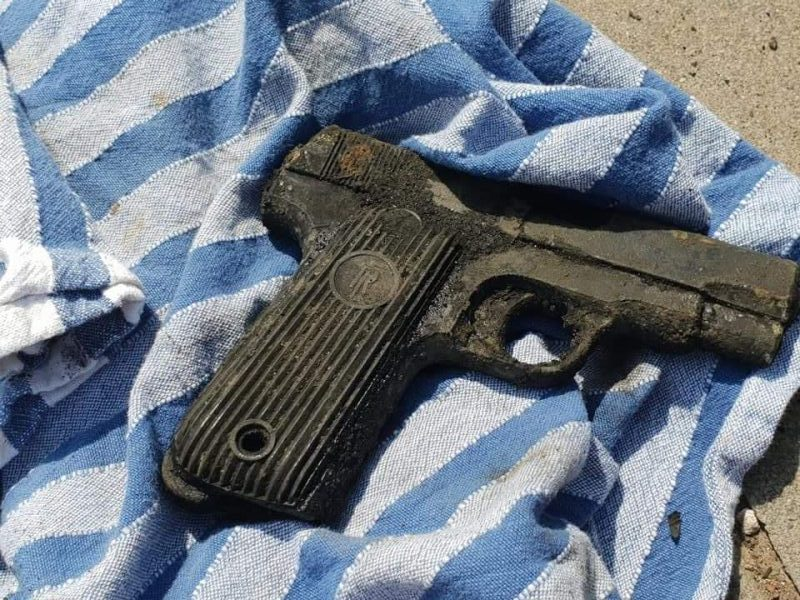 Nález pistole položené na ručníku