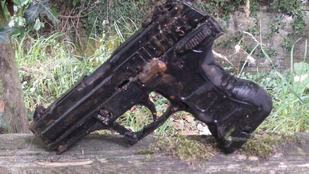 Pistole nalezena magnetem