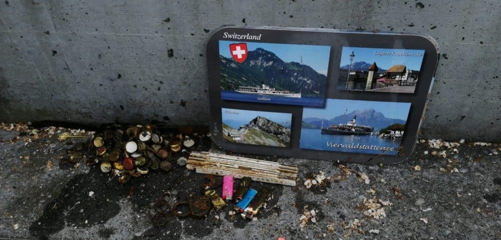 Tabulka Švýcarsko, metr, kladka, zapalovače a vršky od piva