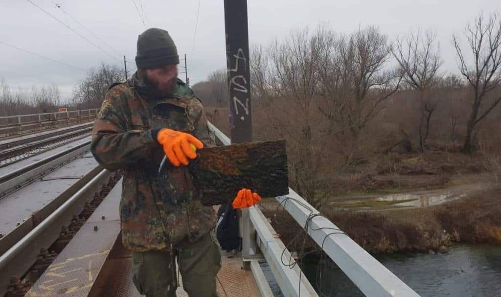 Magnet fisher s trezorem v ruce