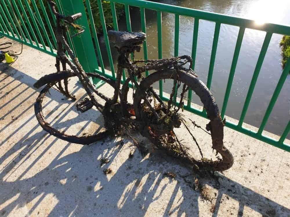 rozpadlý kolo nalezen pod městským mostem