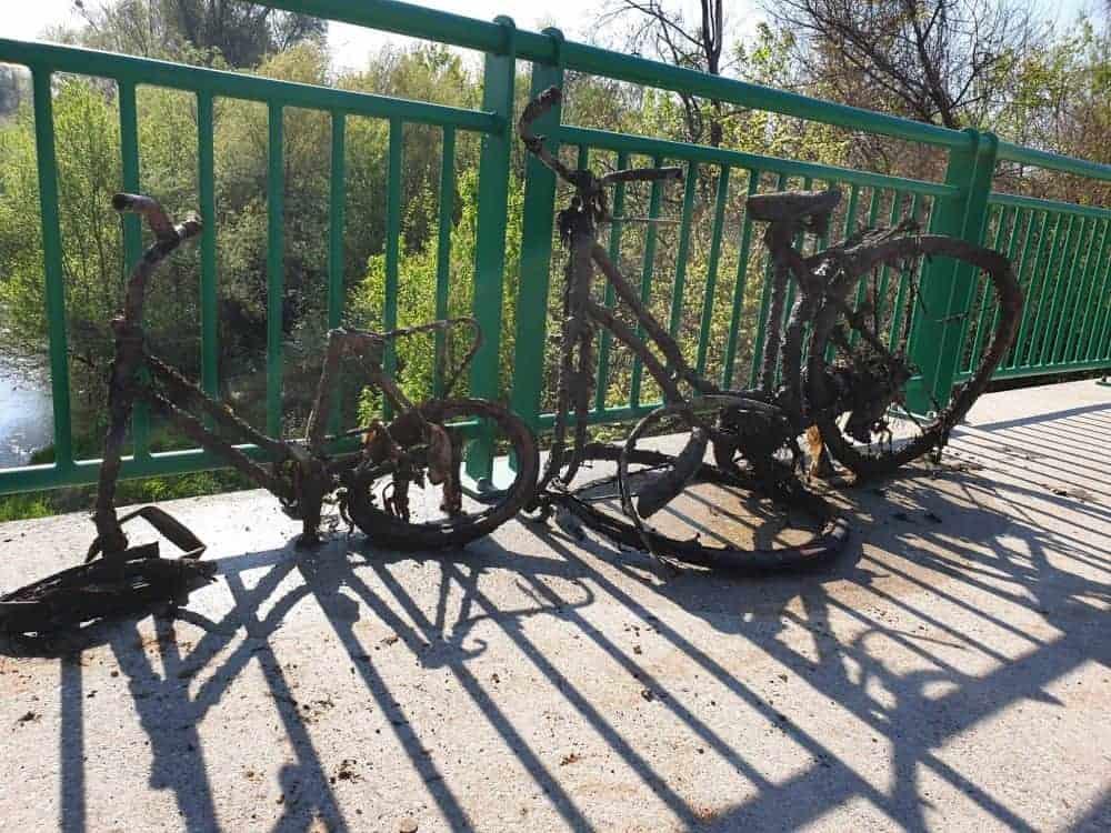 zničeny kola vytaženy zpod mostu magnetem