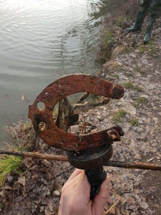 podkova přilepena na fishing magnetu