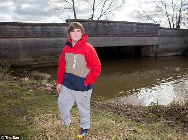 James Cork stojí při městském mostě