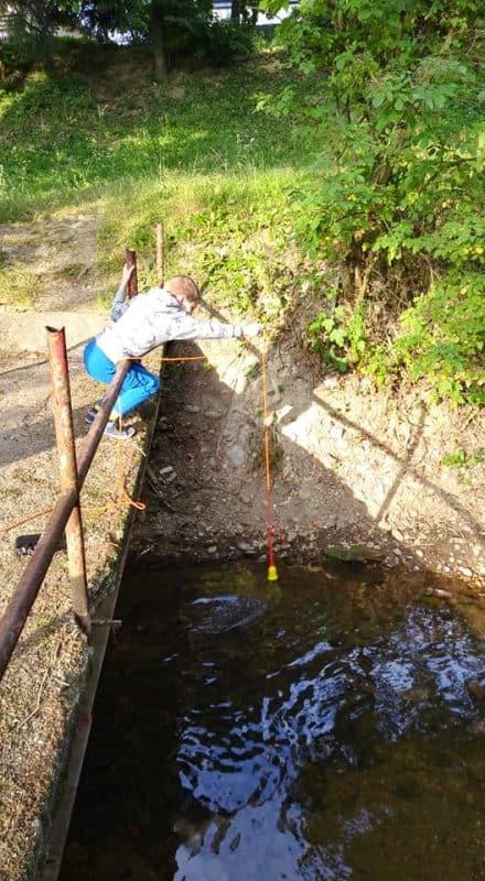 Chlapec pouští magnet z mostu