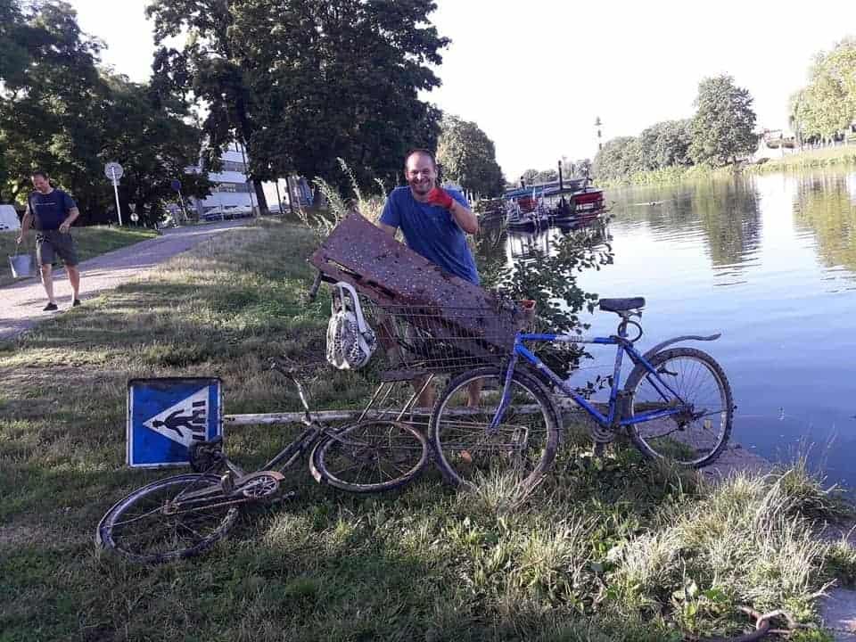 Hromada nálezů s magnetem: kolo, značka, nákupní košík ...