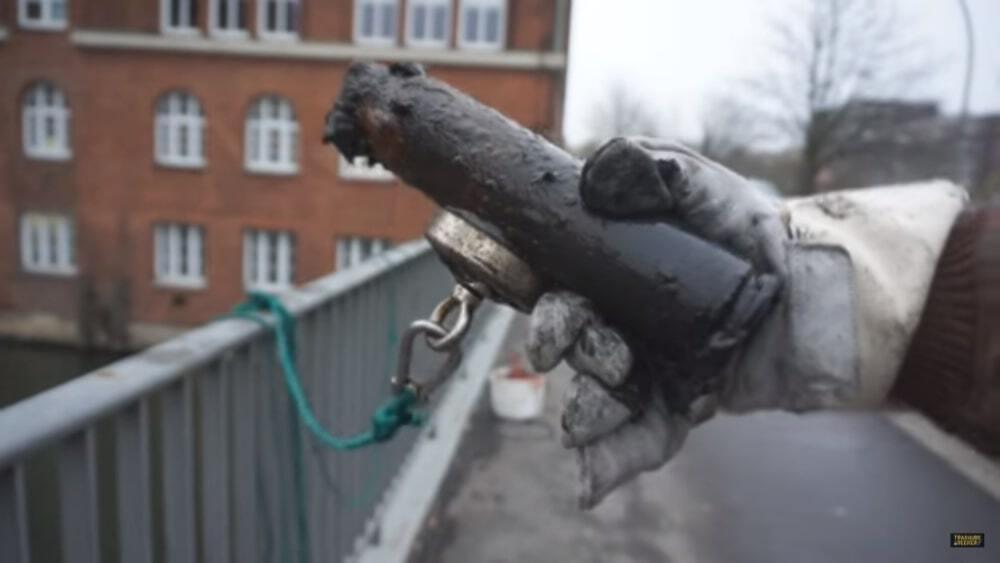 Úlovek granátu na magnetu. Objevili ho němečtí lovci pod městským mostem