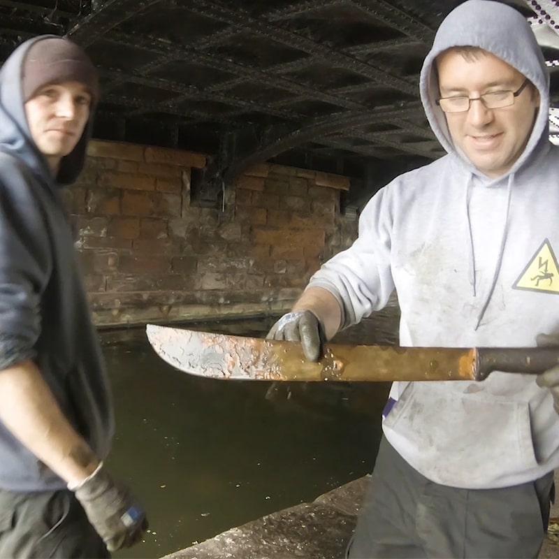 mačeta nalezena pod městským mostem